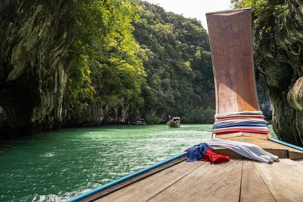 Landschaft der tropischen natur und des bootes im dschungel