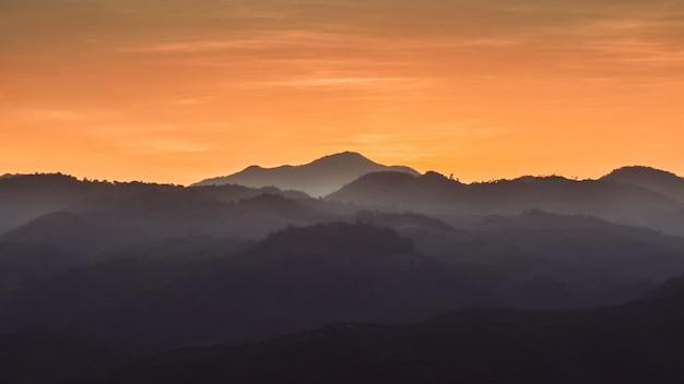 Landschaft der waldberge auf sonnenuntergang