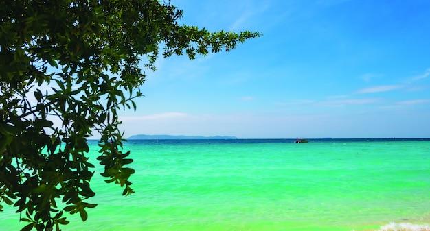 Landschaft der wunderschönen tropischen strände für erholsame ferien für paare.