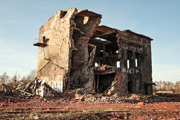 Landschaft der zerstörten gebäude bei sonnenuntergang, bild der altersschwäche oder der naturkatastrophe.