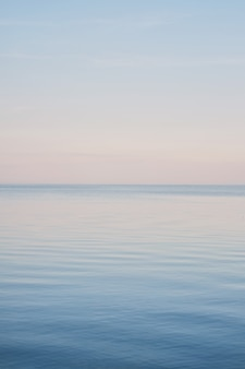 Landschaft des blauen himmels ohne die wolken, die ende des winters auf dem meer verbreiten