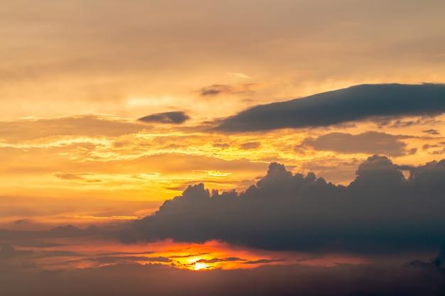 Landschaft des dramatischen himmels am abend.