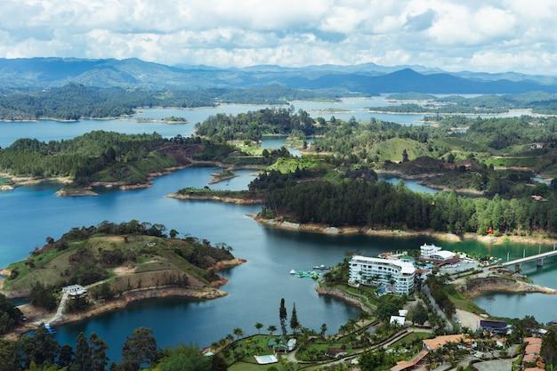 Landschaft des el penon de guatape. antioquia kolumbien