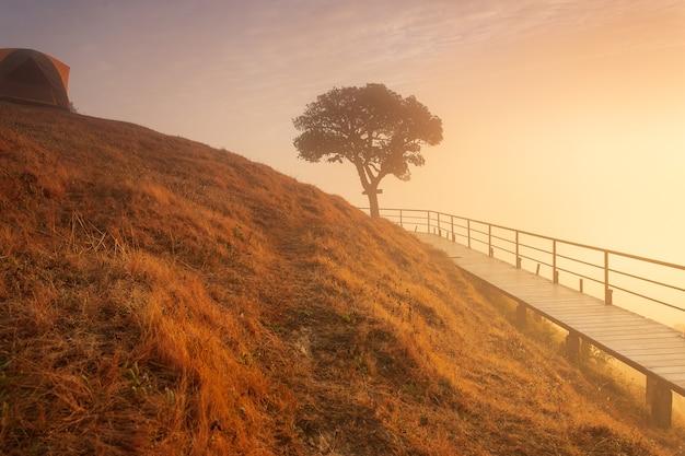 Landschaft des hohen berges mit sonnenuntergang
