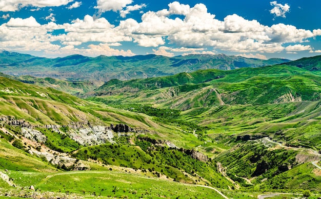 Landschaft des kaukasus am vardenyats pass in armenien