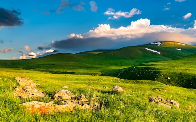 Landschaft des kaukasus am vorotan pass in armenien
