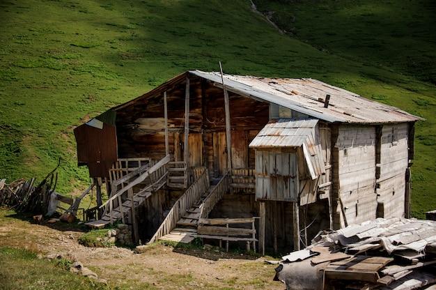 Landschaft des lebenden holzhauses auf speziellen stützen mitten auf dem feld