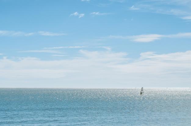 Landschaft des meeres mit windsurfer