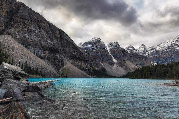 Landschaft des moraine lake mit felsigen bergen und türkisfarbenem see auf düsterem banff-nationalpark, kanada,