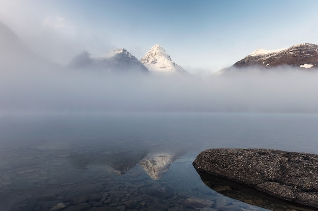 Landschaft des mount assiniboine im nebel am magog see am morgen im provincial park, alberta, kanada