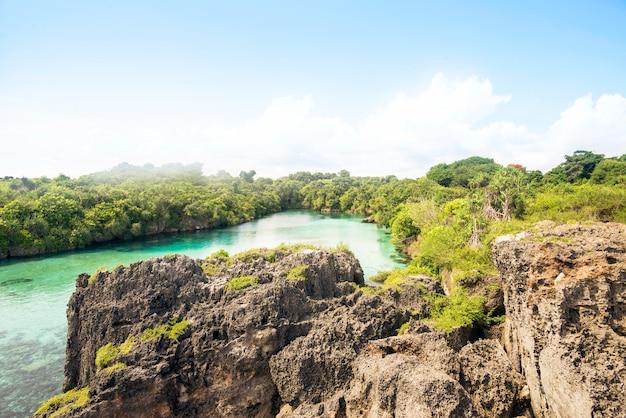 Landschaft des natürlichen sees mit von klippen umgeben