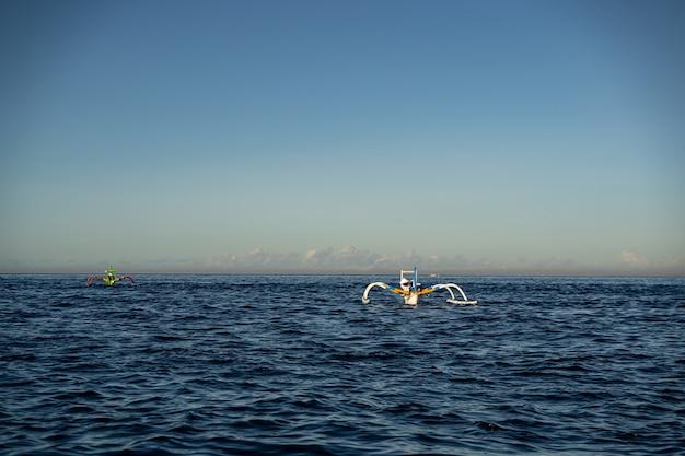 Landschaft des ozeans, schiffe für aktive erholung auf dem wasser