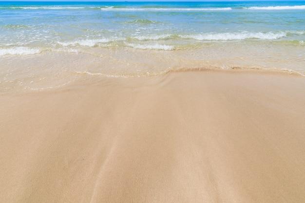 Landschaft des sandstrandes mit wolkenhimmel, ein wilder tropischer strand im südlichen teil von thailand am sonnigen tag.