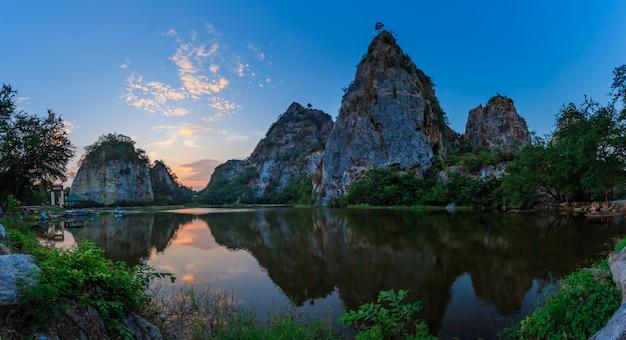 Landschaft des schlangenberges in der provinz ratchaburi
