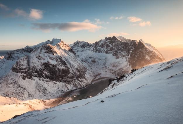 Landschaft des schneebedeckten berges auf spitze bei sonnenuntergang