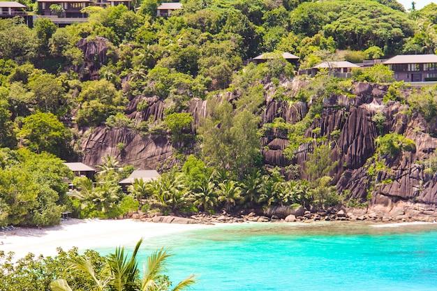 Landschaft des schönen exotischen tropischen strandes mit türkiswasser