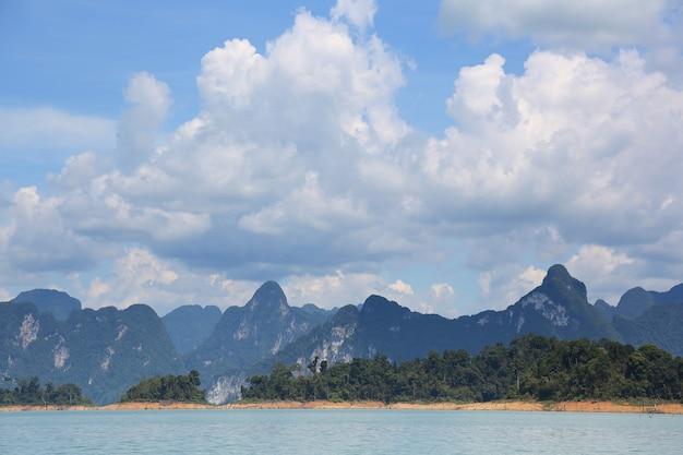 Landschaft des seeberges und -himmels