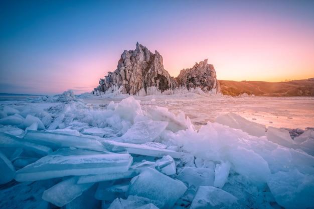 Landschaft des shamanka-felsens bei sonnenaufgang mit natürlichem brechendem eis in gefrorenem wasser