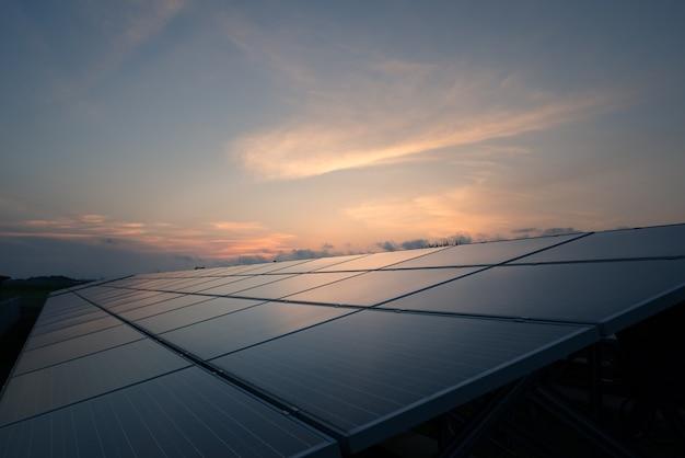 Landschaft des solarparks bei sonnenuntergang