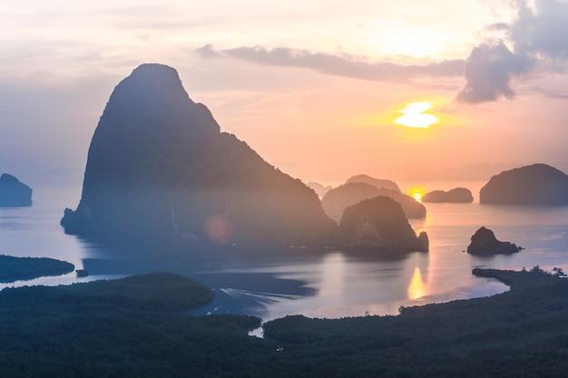 Landschaft des sonnenaufgangs an den kalksteinkarsten in phangnga-bucht bei sonnenaufgang.