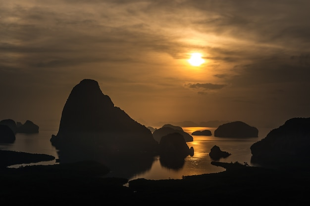 Landschaft des sonnenaufgangs an den kalksteinkarsts in phangnga-bucht bei sonnenaufgang.