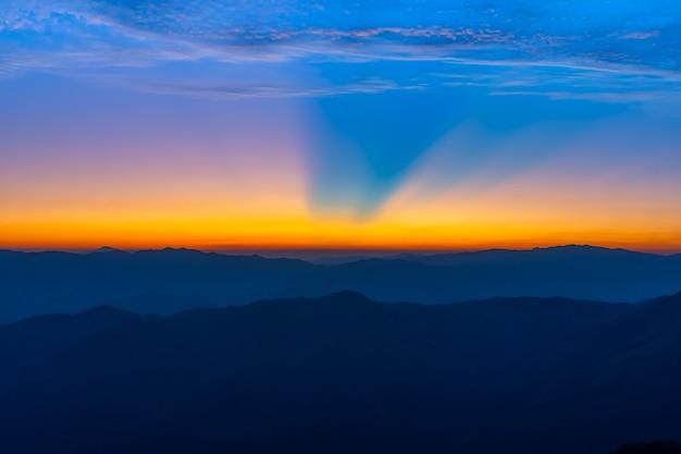 Landschaft des sonnenaufgangs auf berg an von doi pha phueng, nan, thailand