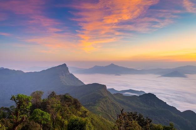 Landschaft des sonnenaufgangs auf berg bei phu chi dao, thailand