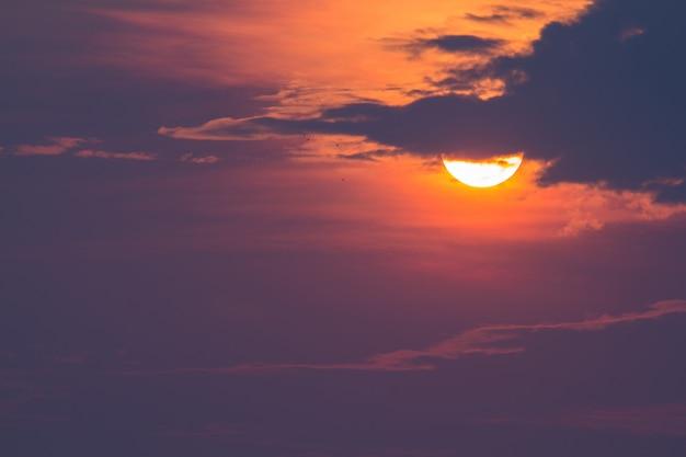 Landschaft des sonnenaufgangs mit bewölktem über reisfeld morgens von thailand
