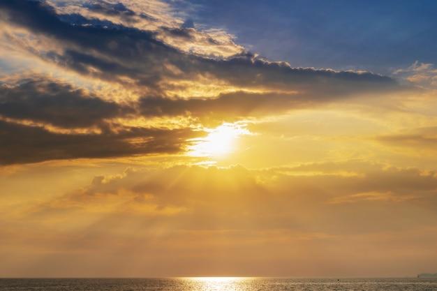 Landschaft des sonnenuntergangs auf dem küstenmeer, wellen, horizont. ansicht von oben.