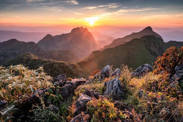 Landschaft des sonnenuntergangs auf gebirgszug im naturschutzgebiet an nationalpark doi luang chiang dao