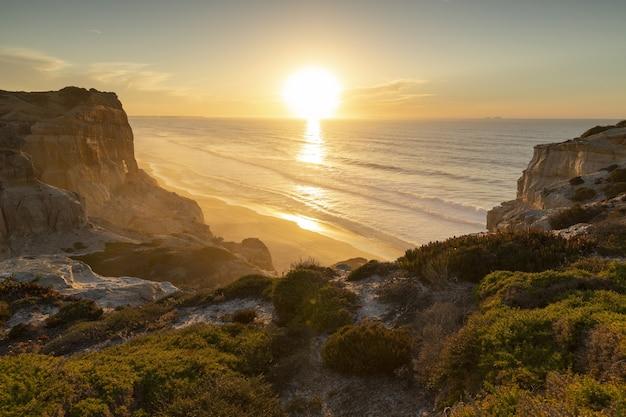 Landschaft des sonnenuntergangs in einem ruhigen ozean