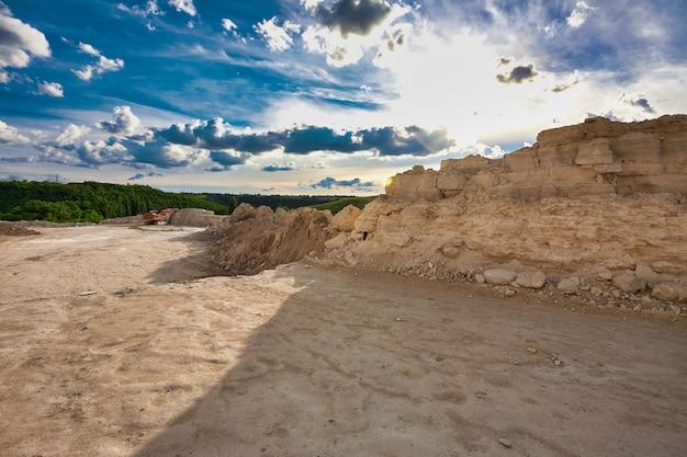 Landschaft des steinbruchs an einem sommertag.