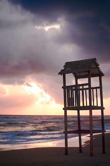 Landschaft des strandes mit dem hölzernen aussichtsturm