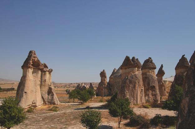 Landschaft des tals der liebe in kappadokien türkei an einem klaren sommertag