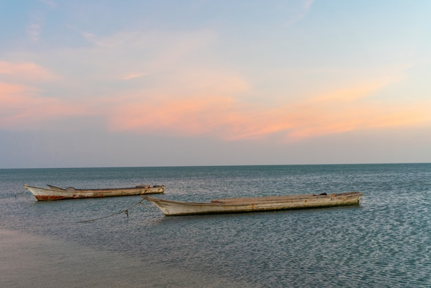 Landschaft des tropischen paradiesstrandes mit boot