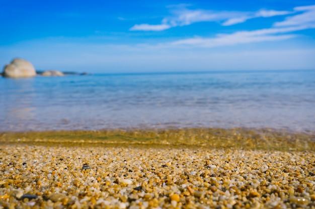 Landschaft des tropischen strandes und des meeres mit blauem himmel.