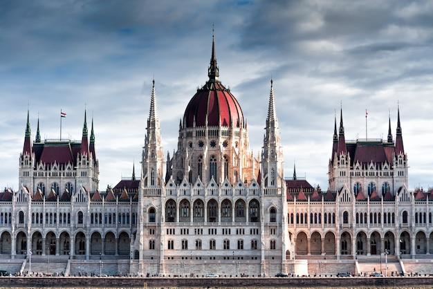 Landschaft des ungarischen parlamentsgebäudes