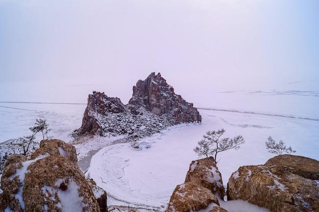 Landschaft des winters baikal see auf wolkigem wetter.