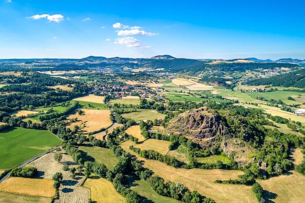 Landschaft des zentralmassivs in der nähe von le puy-en-velay. eine hochlandregion in frankreich
