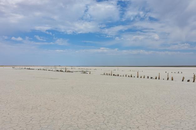 Landschaft einer verlassenen salzseeoberfläche