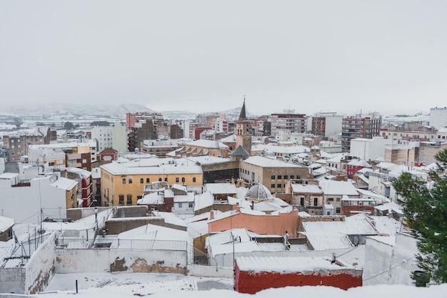 Landschaft einer verschneiten stadt mit einer mittelalterlichen kirche
