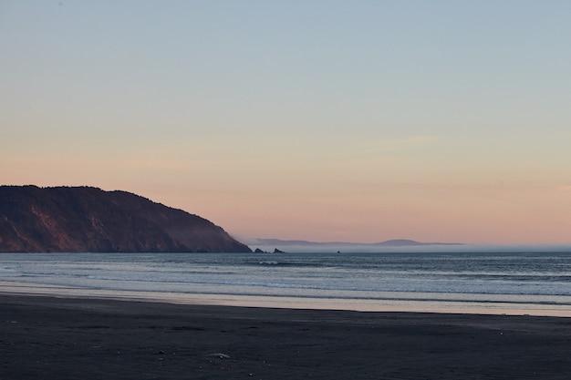 Landschaft eines atemberaubenden sonnenuntergangs über dem pazifischen ozean nahe eureka, kalifornien