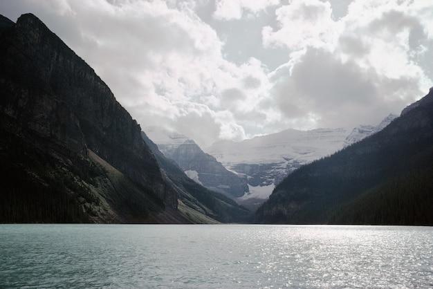 Landschaft eines sees zwischen den bergen