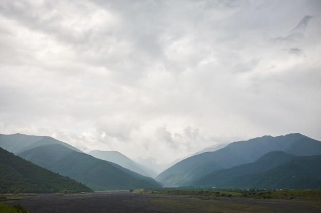 Landschaft eines tales eines gebirgstales, gebirgshintergrund-gebirgsfluss, georgia, kaukasus