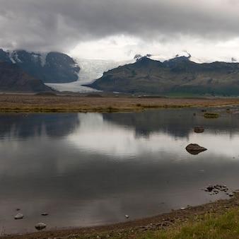 Landschaft, gletscher durch gebirgstal, reflektiert in glazial- see