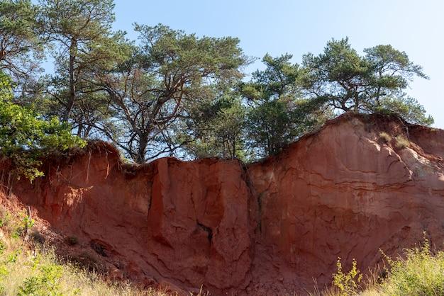 Landschaft im morgengrauen der ockerfarbenen felsen und des tals im naturpark luberon