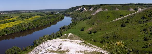 Landschaft im tal des don in zentralrussland. draufsicht auf den küstenwald und den teich des frühlings.