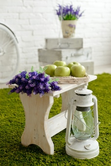 Landschaft im vintage-stil. äpfel und lavendel auf einem weißen stuhl
