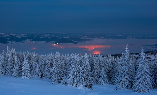 Landschaft in der nacht. ansicht über kleine gebirgsstadt nachts im winter.