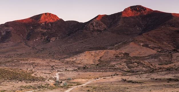 Landschaft in lomas blancas. naturpark von cabo de gata. almeria. spanien.